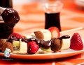 Brochetas de fruta al chocolate con licor